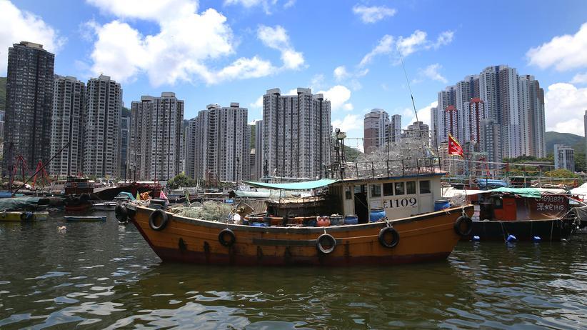 Hongkong: Boot im Hafen von Hongkong.