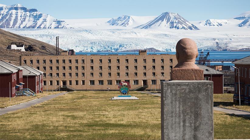 Spitzbergen: Eine Lenin-Büste wacht über Plattenbau und Gletscher.