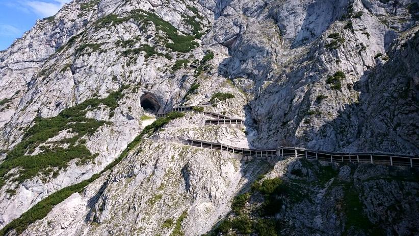 Alpen: Von der Seilbahn aus führt ein schmaler Fußweg zum Eingang der Eishöhle.