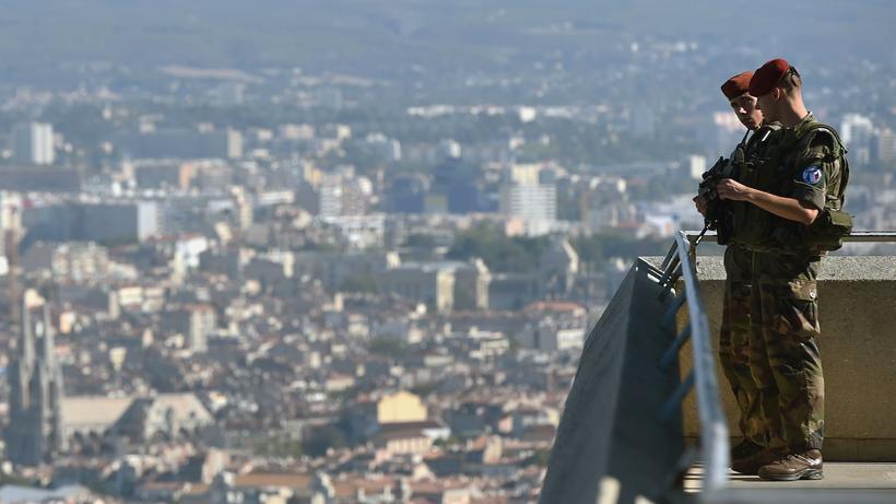 Frankreich Patrouillieren Für Ein Gefühl Der Sicherheit Zeit Online