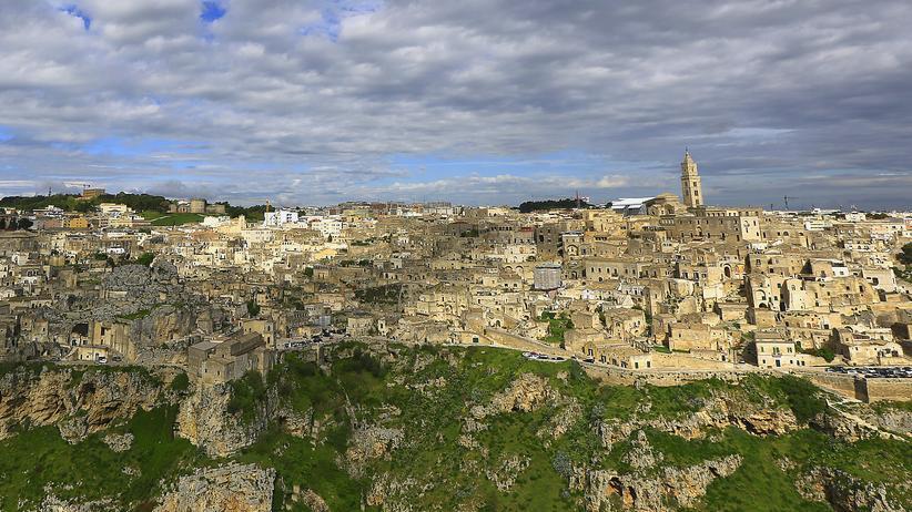 Italien: Als sei die Stadt schon immer Teil der Hügellandschaft gewesen.
