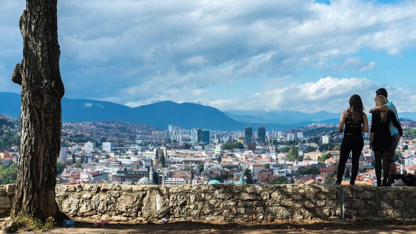 Sarajevo: Sarajevo von oben: Hochhäuser, Minarette und Ziegeldächer
