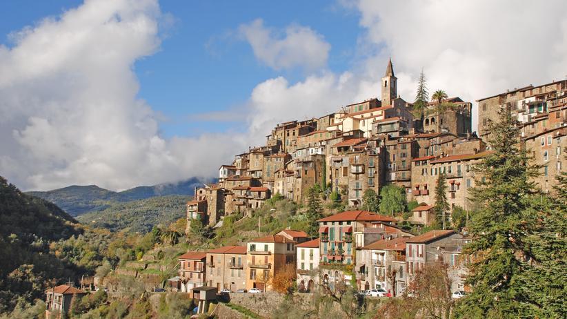 Ligurien: Das Dorf Apricale stapelt sich einen schroffen Steilhang hinauf.