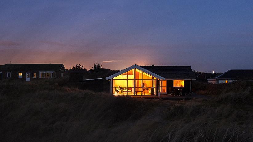 Hygge: Ferienhaus mit Licht an: hyggelig