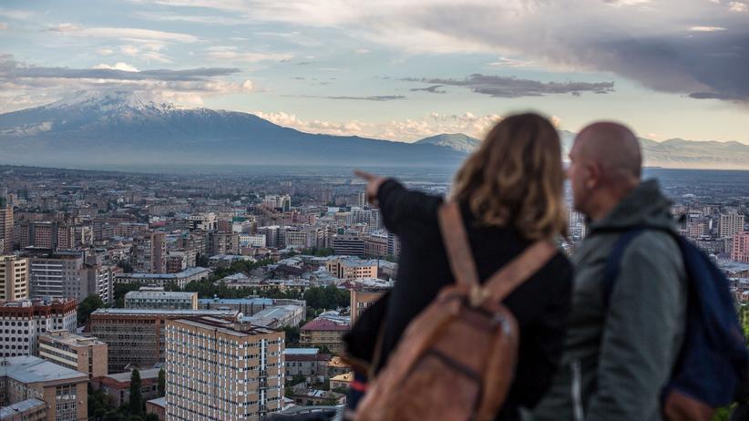 Armenien: Tochter und Vater blicken auf den schneebedeckten Ararat