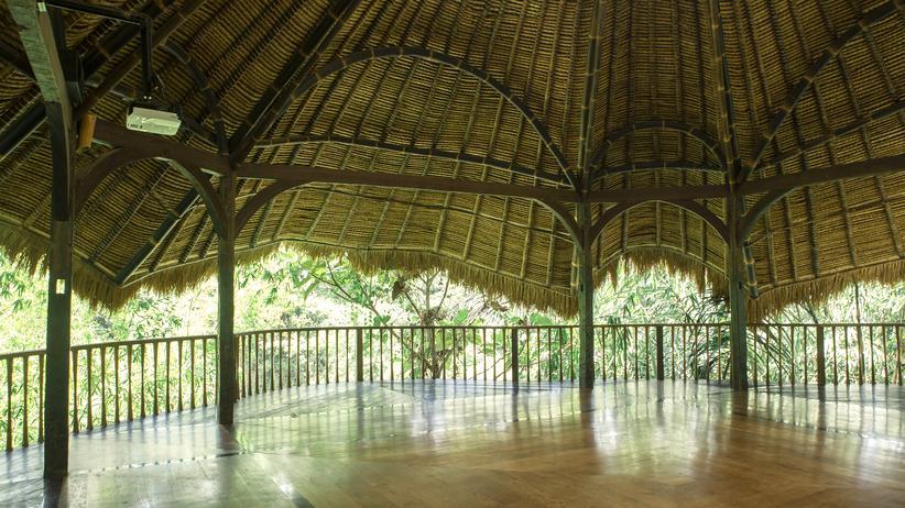 Bali: Ein Yoga-Übungsraum in Bali komplett aus Bambus