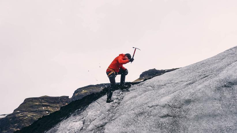 Island im Winter: Eine Eishacke dabei zu haben ist nie schlecht