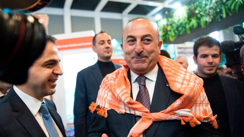 ITB: Der türkische Außenminister mit einem Halstuch aus der Region Antalya bei der Eröffnung der ITB