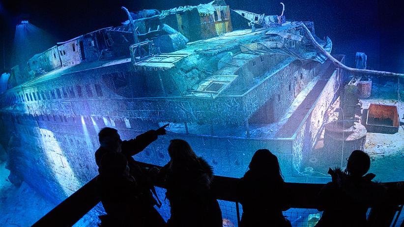 """""""Titanic"""": Besucher betrachten das 360-Grad-Panorama des Titanic-Wracks von Yadegar Asisi in Leipzig"""