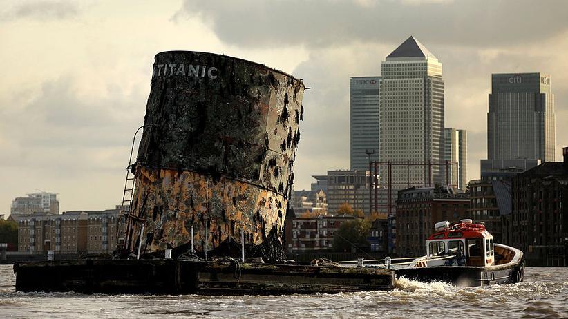 """Titanic"""": Der Nachbau eines """"Titanic""""-Schornsteins auf dem Weg zu einer Ausstellung in London 2010"""