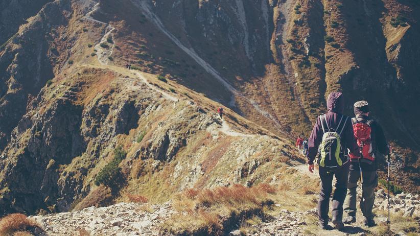Wanderer auf einem Gebirgspfad in der Westtatra
