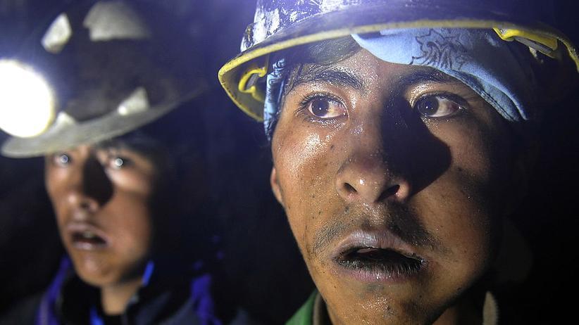 Bolivien: Zwei kokakauende Mineros in den Schächten des Cerro Rico