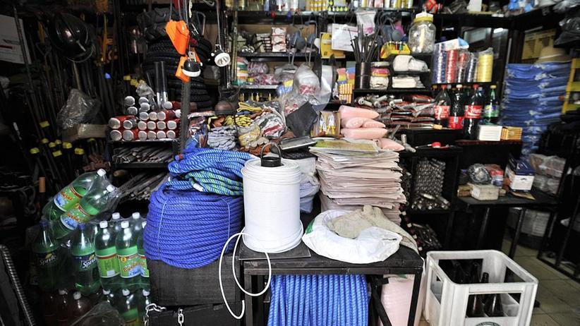 Bolivien: Der Mercado de Mineros führt hochprozentigen Schnaps, Dynamit und Taschenlampen.