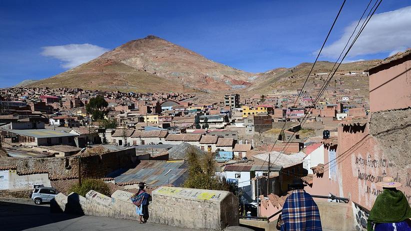 """Bolivien: Der """"Reiche Berg"""" überragt die Stadt Potosí."""