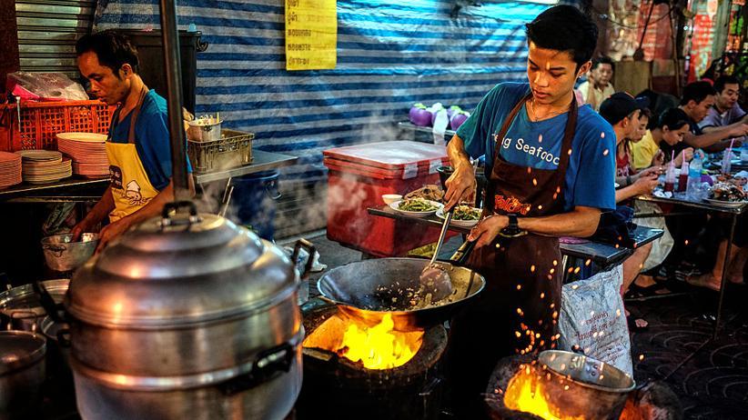 Thailand: Hier gibt es scharfe Meeresfrüchte: ein Straßenkoch in Bangkoks Chinatown