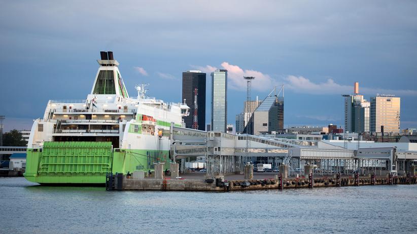 Finnland: Eine Fähre liegt im Hafen von Tallinn