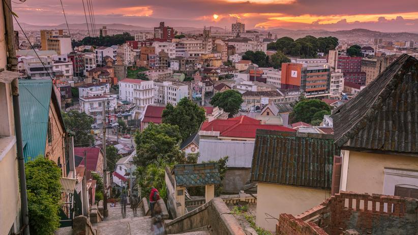 Madagaskar: Madagaskars Hauptstadt Antananarivo im Abendlicht