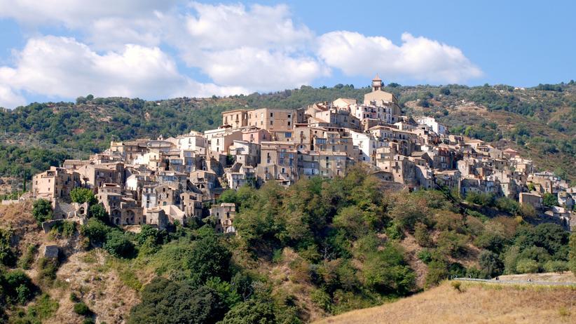 Italien: Wie eine Burg: Das Dorf Badolato wurde auf einer Hügelkuppe erbaut.