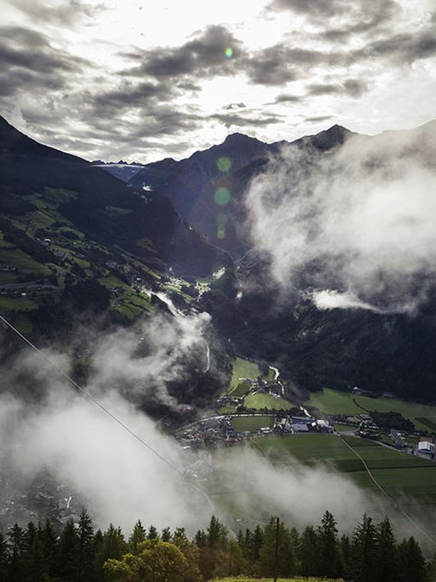 Bergbauernhof: Weitsicht: Ausblick am frühen Morgen vom Hof der Volggers über das Ahrntal