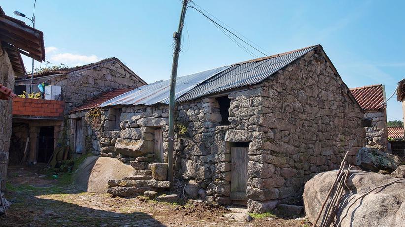 Portugal: Steinalt: Ermida ist eine römische Gründung. In Dörfern wie diesen ist manchen der traditionellen Häuser kaum anzusehen, dass sie noch bewohnt sind.