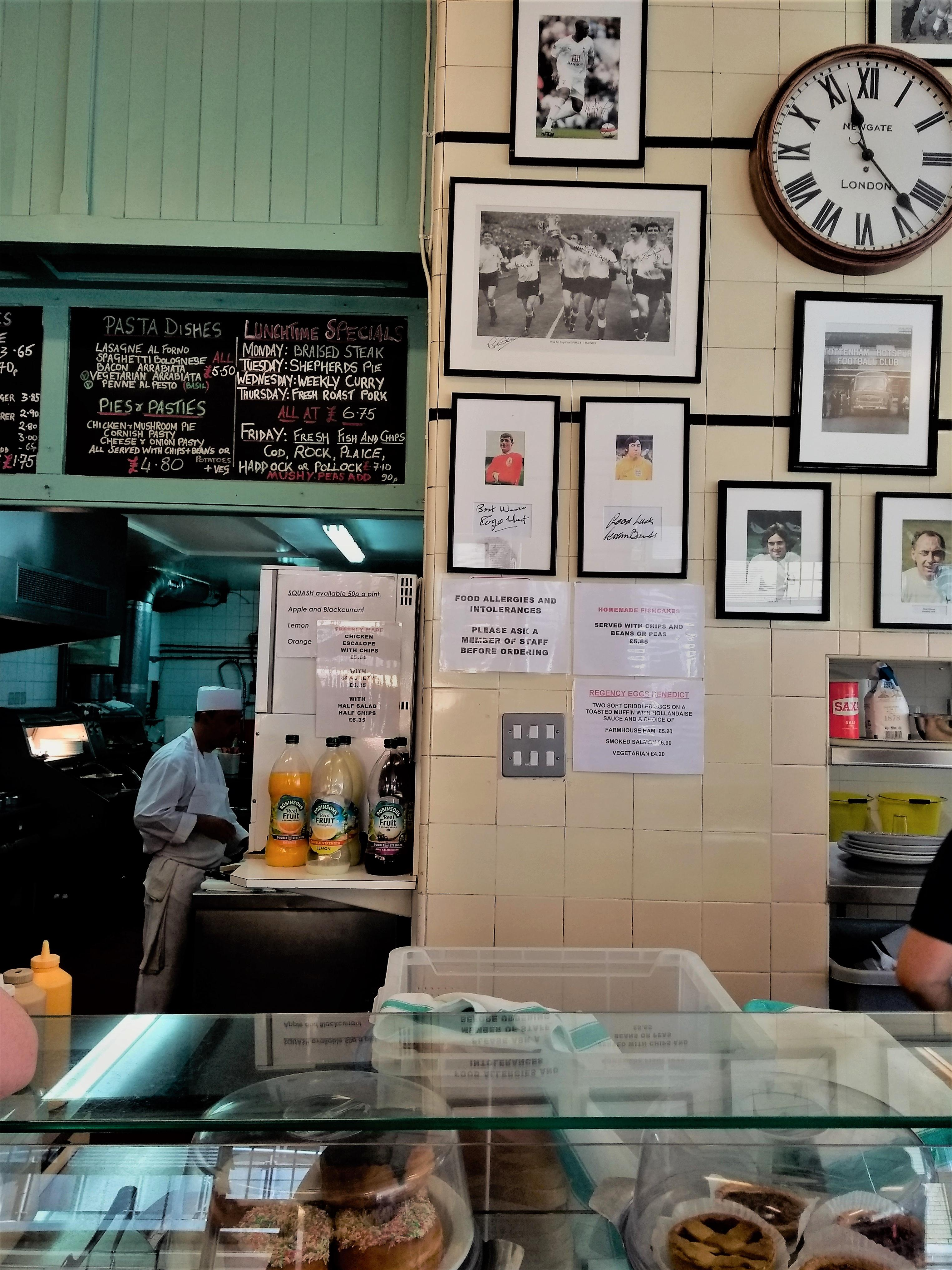 British Breakfast: Jeder Gast im Regency Café kennt Claudias tiefe Stimme