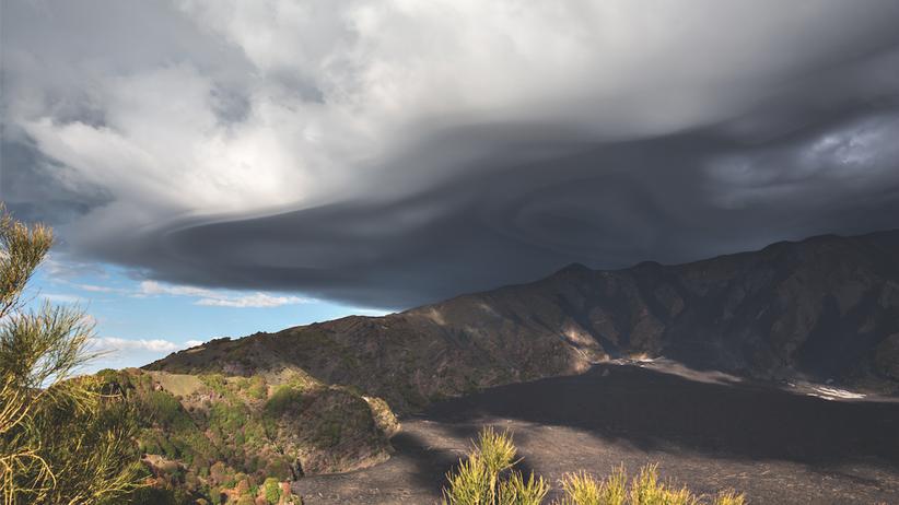 Vulkan-Wanderung: In Minuten wird der Himmel dunkel über dem Valle del Bove in 1.400 Meter Höhe.