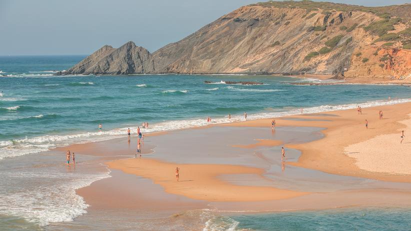 Algarve: Süß- oder Salzwasser? Hier kann man in beidem baden: Am Praia da Amoreira bei Aljezur im Westen der Algarve mündet auch ein Fluss.