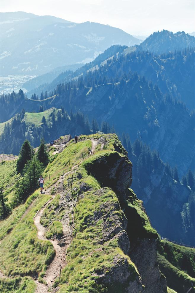 Allgäu: Manchmal kann das Allgäu auch eine Gratwanderung sein – wie hier am Hochgrat, dem 1.833 Meter hohen Hausberg von Oberstaufen.