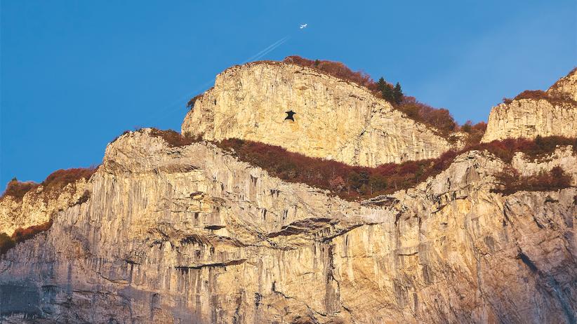 """Basejumping: Sie stürzen sich von allem, was kein Flugzeug ist: Basejumping steht für den Sprung von """"Buildings, Antennas, Spans and Earth"""". Der Monte Brento ist für die Szene einer der besten Orte weltweit, weil die Felswand konkav ist – sie hat oben mehr als 50 Meter Überhang."""
