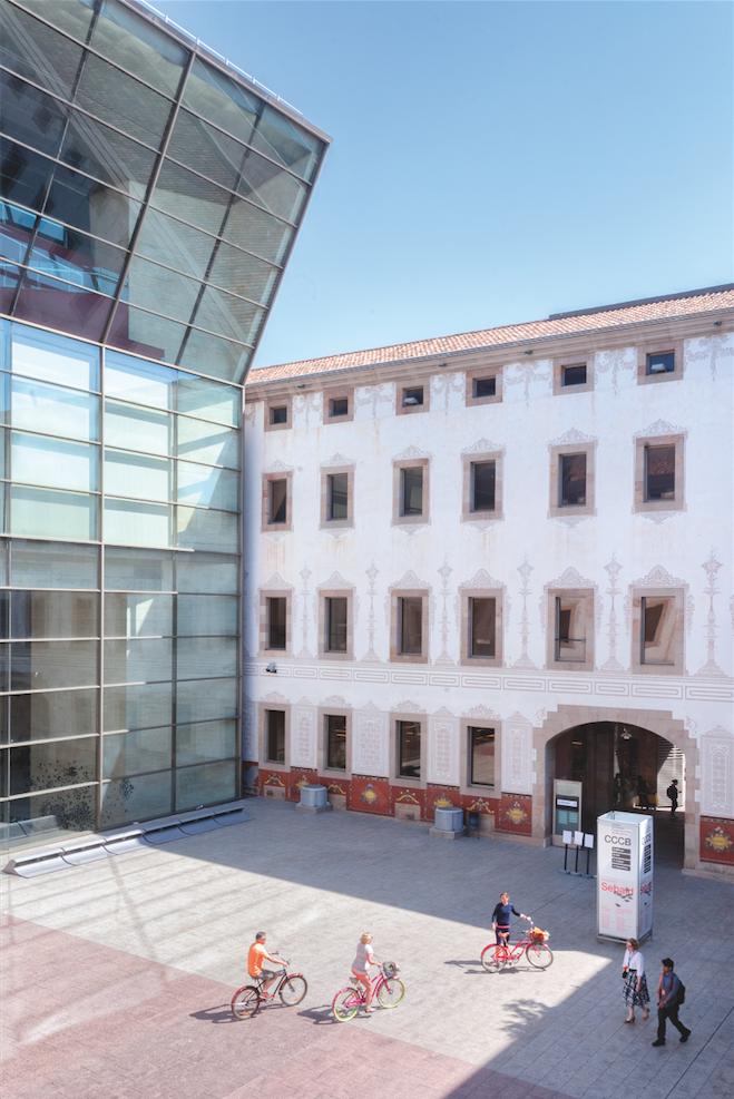 El Raval: Die zwei Seiten des CCCB: die schicke Glasfassade und das alte Armenhaus.