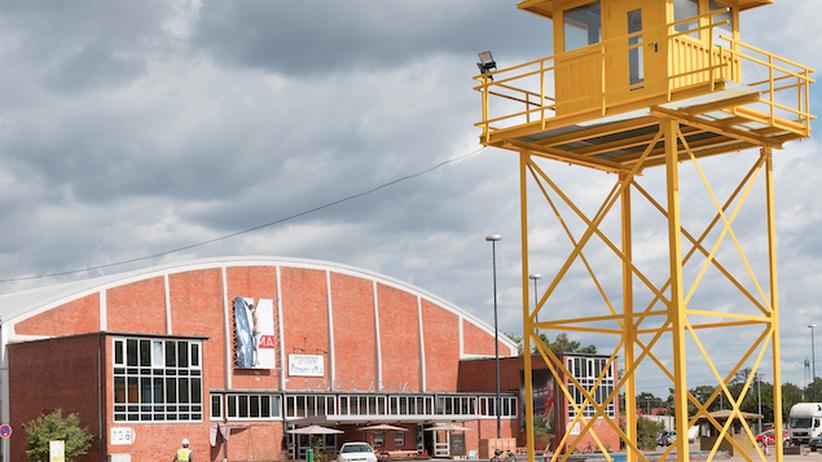 Wohnraum in Mannheim: Der Wachturm und die alte Sportarena erinnern noch an das ehemalige Militärgelände.