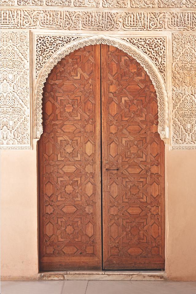 Alhambra: Viele Türen führen ins Herzstück der Alhambra, zum Löwenhof. Und schon diese Pforten sind filigrane Kunstwerke aus edlem Holz und Stein.