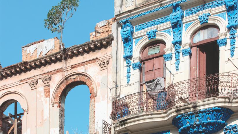 Habana Vieja: Verfallene Ruine neben frischer Farbe: Am Prado geht die Renovierung voran – wenn auch langsam.