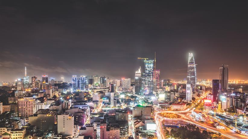 """Ho-Chi-Minh-Stadt: Die Aussicht von der """"Chill""""-Bar macht klar: Die 10-Millionen-Stadt will hoch hinaus. Symbol für den Aufbruch ist der Bitexco Financial Tower mit der einseitig geschwungenen Fassade."""