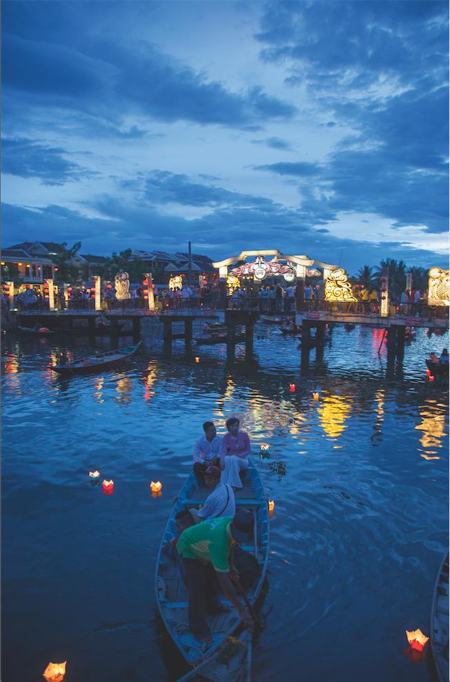 Hoi An: Besonders malerisch leuchtet die Stadt beim Laternenfestival, wenn zu Vollmond kleine Kerzen im Fluss Thu Bon schwimmen.