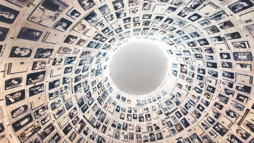 """Jad Vaschem: Porträts statt Grabsteine: Die 2005 erbaute """"Halle der Namen"""" ist ruhig und kühl wie eine Gruft. Unter der Kuppel werden die Gedenkblätter der Opfer in Regalen aufbewahrt."""