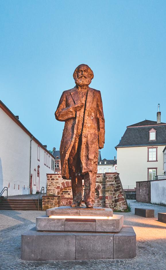 Karl Marx: Als Bronzestatue steht Karl Marx seit 2018 nahe der Porta Nigra: mit Sockel 5,50 Meter hoch, lange umstritten und nun eine Attraktion.