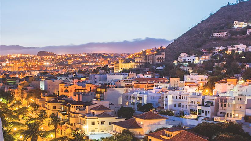 La Laguna und Santa Cruz: Die Rambla von Santa Cruz schmiegt sich in einem Halbkreis um die Innenstadt, der Boulevard endet auf beiden Seiten am Meer.