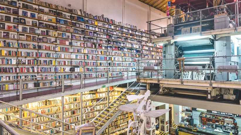 """Lissabon: Inmitten der Buchhandlung Ler Devagar stehen noch alte Pressen einer Druckerei. Der Laden, dessen Name """"langsam lesen"""" bedeutet, gehört zur LX Factory, einem der wichtigsten Kulturzentren Lissabons."""