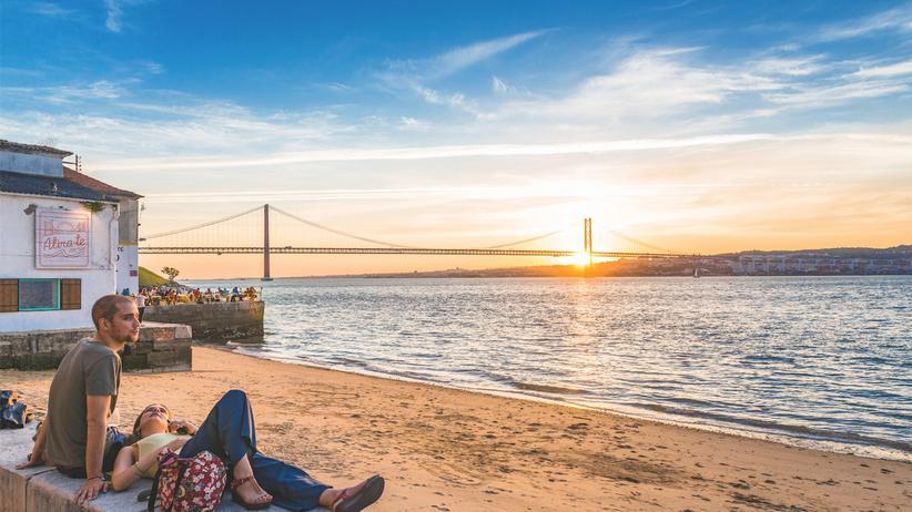 Lissabon: Göttliche Dämmerung: Meer aus Stroh – so nennen die Lissabonner die Mündung des Tejo immer dann, wenn sie wie hier im Abendlicht golden leuchtet.