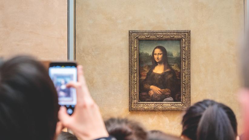 """Louvre: Gerade mal so groß wie eine aufgeschlagene Zeitung, über 500 Jahre alt und auch digital längst ein Star: Leonardo da Vincis """"Mona Lisa"""" im Saal der Gioconda."""
