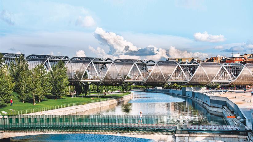 Madrid: Der Fluss Manzanares war früher kaum jemandem ein Begriff. Heute erstreckt sich Madrid Río an seinen Ufern, und man quert ihn über spektakuläre Brücken wie die Pasarela de la Arganzuela.