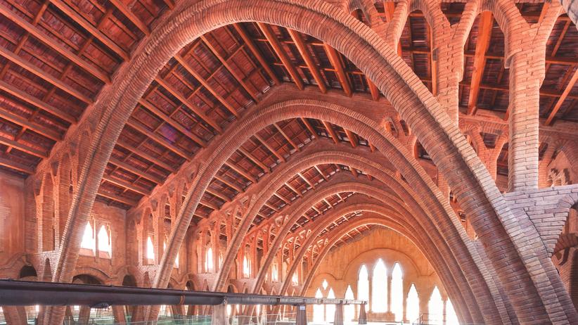 Modernisme: Neues in der Provinz: Das Weingut der Kooperative von Gandesa liegt abseits im Ebrogebiet. Auch hier setzten sich die Elemente des Modernisme durch. Vor allem die Konstruktion selbsttragender Bogen und die Verwendung offener Ziegel. Gaudí-Schüler Cèsar Martinell baute die Halle 1919/20.