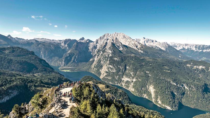 Oberbayern: Gipfeltreffen auf dem Jenner. Wanderer genießen den Blick auf den Königssee.