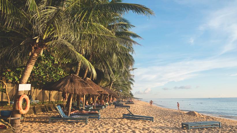 Phu Quoc: Herausgeputzt: Der feine Sand südlich der Stadt Duong Dong wirkt perfekt – weil das Personal der anliegenden Hotels ihn regelmäßig von Abfall befreit. Abseits der Resorts gibt es kaum noch saubere Strände.