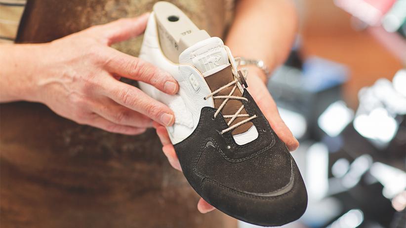 Pirmasens: Am Anfang der Schuh-Produktion stehen die Wahl des Garns und des Leders, am Ende werden die letzten Schnittkanten nachgebessert.