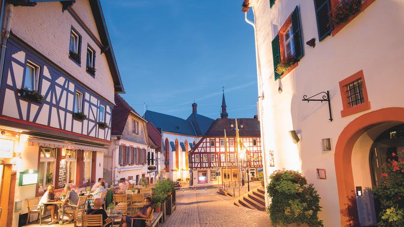 Rheinhessen: Ein lauer Sommerabend in der Merianstraße in Oppenheim