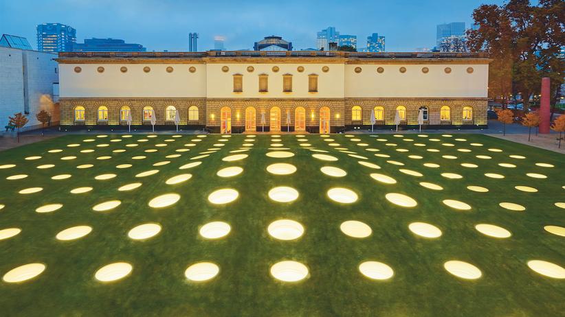 Städel: Leuchtendes Grün: Im Rasen des Städelgartens sind 195 Fenster eingelassen, um den unterirdischen Erweiterungsbau zu erhellen.