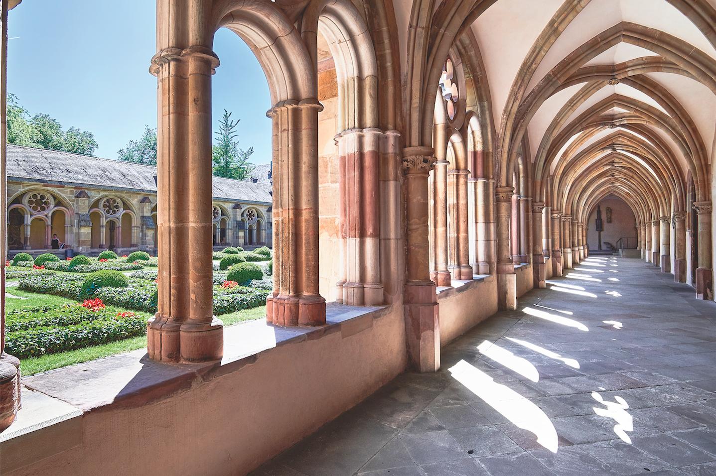 Unesco-Weltkulturerbe: Licht und Schatten: Der Kreuzgang entstand im 13. Jahrhundert, wurde mehrfach umgestaltet und 1944 erheblich zerstört. Heute wieder gut erkennbar: der ursprüngliche gotische Stil.