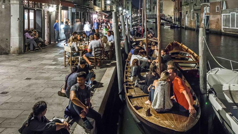 Venedig: Die gute Laune schwappt aus der Bar Al Timon bis auf den Rio della Misericordia. Hier findet jeder einen Platz für sich, seinen Wein und seine Freunde.